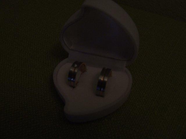 Lucka a Maťko - naše obrúčky, trochu zla fotka ale ostatne su rozmazane:(