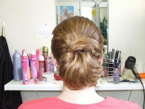 č. 3 zozadu - vlasy už neuhladené  po toľkom prečesávaní a prehadzovaní