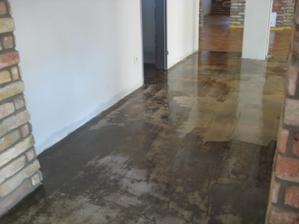 este mokre... ,cerstvo vyliaty zaklad pre liatu podlahu