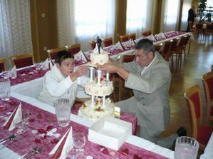 sestra se švagrem připravují dort