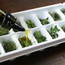 ... zamražené čerstvé bylinky v olivovém oleji ...