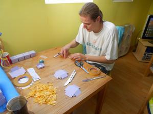 Krabičky na mandličky. To byl náš první výrobek :-) Dětem jsme místo mandliček dali ovocné mentosky :-)