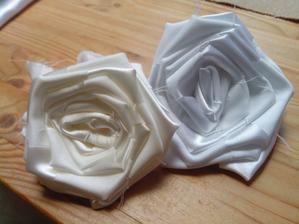 Krémová a bílá barva.