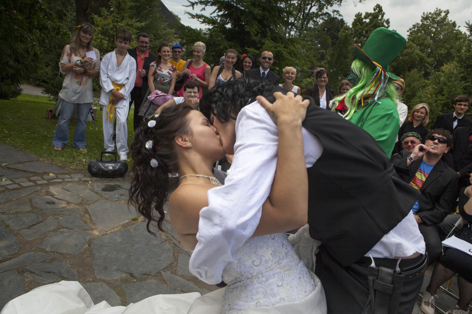 Holky jsem zpět jako vdaná a vydovolenkovaná paní :-) Zasílám pár ukázek co zatím máme od fotografa z naší filmové svatby :-) - Náš novomanželský polibek se záklonem :-D