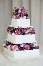 Normálně se mi živé kytky na dortech moc nepozdávají, ale u tohohle dortu mě dostalo, že je jako dělaný k mé svatební kytici (btw. vdávala jsem se před rokem :-))