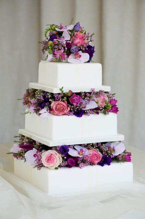 Dorty - inspirace - Normálně se mi živé kytky na dortech moc nepozdávají, ale u tohohle dortu mě dostalo, že je jako dělaný k mé svatební kytici (btw. vdávala jsem se před rokem :-))