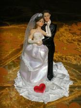 naše figurky na svatební dort. Figurky zakoupeny v cukrárně ve Šternberku, podstavec vyroben z porcelánového talířku, krajky a ozdob zakoupených v jedné z olomouckých galanterií