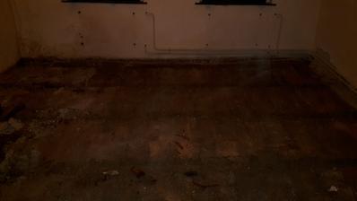 začiatok demolačných prác všetky podlahy až po hlinu museli preč