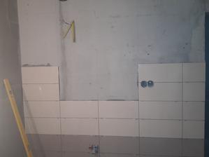 obkladanie kúpelne s výrezom pre vstavané zrkadlo