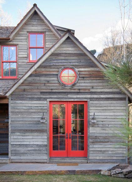 Když  jsem dům viděla, červený okna byly to první, co mě napadlo