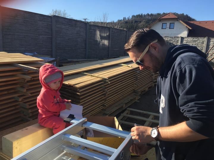 A mládě pomáhalo montovat žebřík nebo co to je