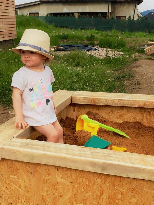 Táta vyrobil pískoviště