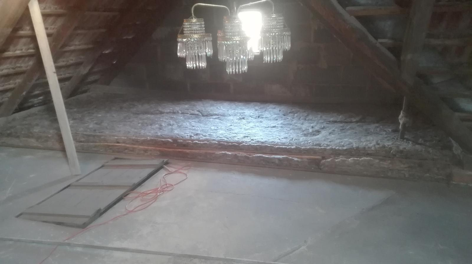 Zlepsenie tepelnoizolacnych vlastností tramoveho stropu - Docasne skusobne zateplenie casti povaly, je to nad pristavbou v ktorej nieje kurenie, je to predsien a satnik, pomohlo.
