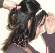 Učes č.2 vlasy budou vsechyn jemně natocené a nahoře volne sepnute.