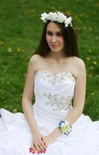 Čelenka z bielych ruží a frézie