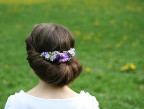 Tip na pekný spoločenský účes ozdobený čelenkou z drobných aranžovaných kvetov