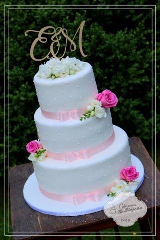 Naše svatební přípravy K+P - Dort objednán z Dorty na míru Karviná :) Takhle bude vypadat, jen bude dvoupatrový a stužky se vymění za meruňkové :)