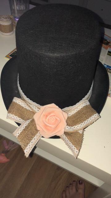 Naše svatební přípravy K+P - Klobouk na auto ženicha :) Teď už jen vymyslet, jak dozdobit stuhy :)