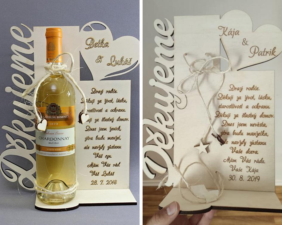 Naše svatební přípravy K+P - Rodičům jsme jako poděkování pořídili tento stojánek na víno (může být ale na jakoukoliv flašku) s děkovným textem + maminky dostanou kytice :) Vlevo je vidět, jak to vypadá s vínem, vpravo je už náš stojánek :)