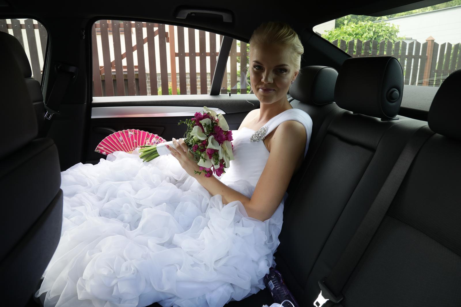Lucinka{{_AND_}}Honzík - utajená nevěsta schovaná v autě na konci kolony na radnici :-)