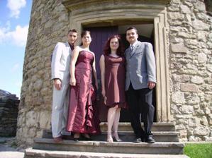 Moja sestra Martina (v bordovych satach) so snubencom a moj bratranec Martin (cierne nohavice) so snubenicou