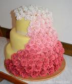 Ombré dort z růží, potažený marcipánem