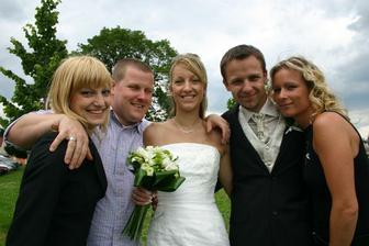novomanželé a jejich sourozenci