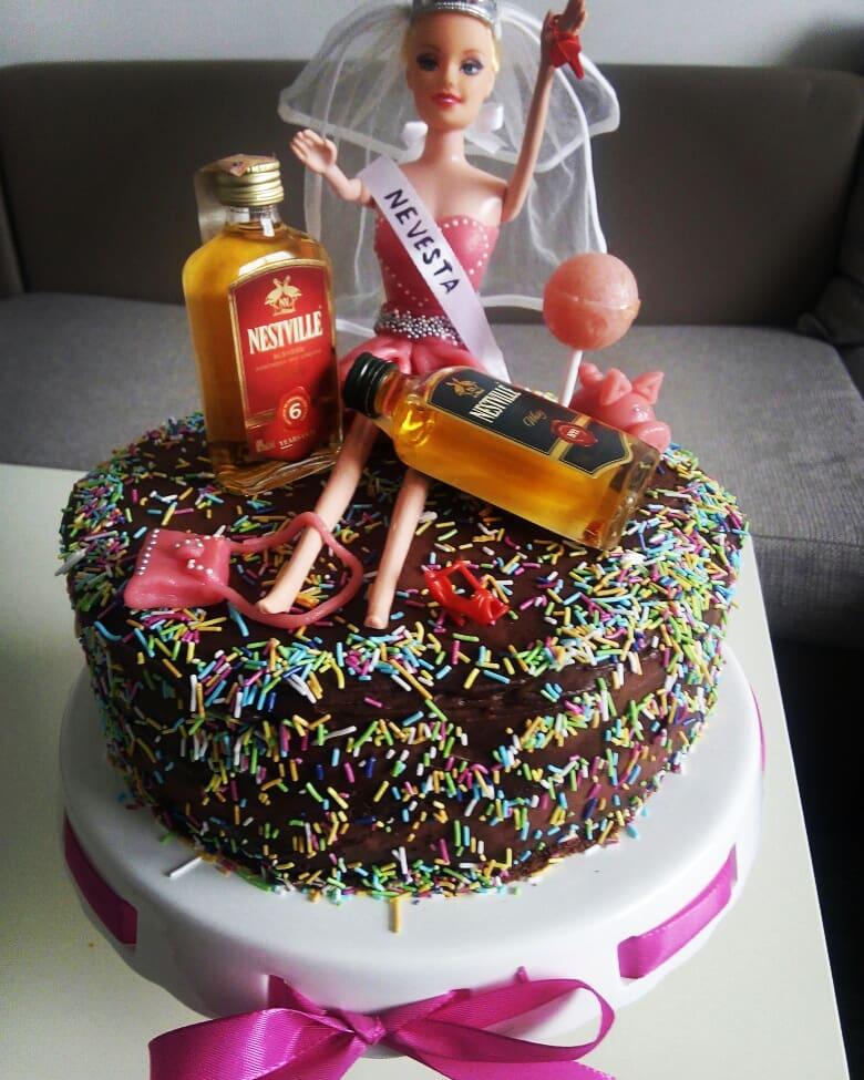 Rozlúčka so slobodou - Čokoládovo malinovo smotanová torta s ganache a šaty pre barbie s kabelkou a prasiatkom sú z marcipánu