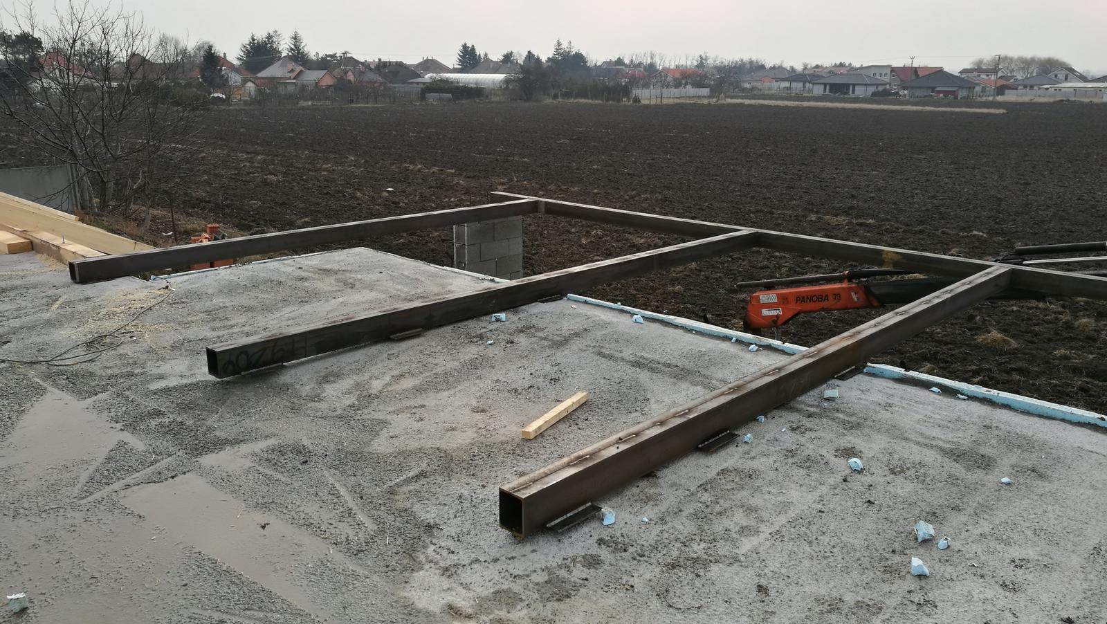 Na pangeroch - 2 zvarene UPN160 ako paky 12 metroveho nosnika nad terasou ukotvene do betonu stropu a na koncoch zatazene stojkami krovu strechy.