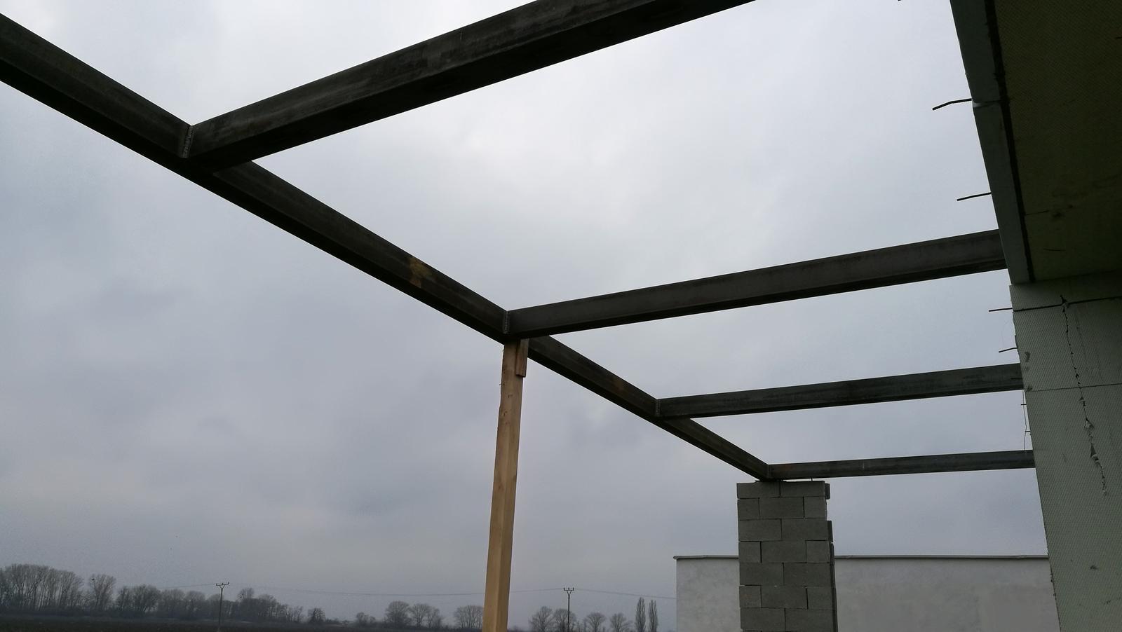 Na pangeroch - Zelezna cast krovu nad terasou.