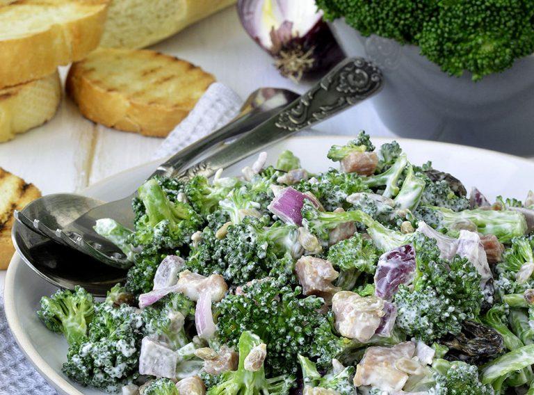 Ako spotrebovať dary záhrady/ Recepty zo záhrady - Brokolicový šalát: https://www.zahrada.sk/magazine/rychla-vecera-brokolicovy-salat-s-tuniakom