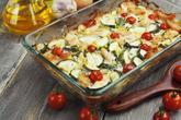Zapekaná cuketa s chlebom: https://www.zahrada.sk/magazine/cuketovy-recept-ktory-si-okamzite-zamilujete