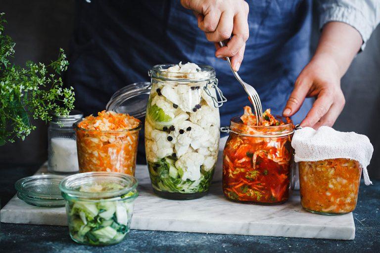 Ako spotrebovať dary záhrady/ Recepty zo záhrady - Kvasená zelenina: https://www.zahrada.sk/magazine/16-najlepsich-receptov-na-kvasene-zeleninove-zmesi/