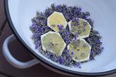 Levanduľový sirup v procese výroby :) Recept: https://www.zahrada.sk/magazine/levandula-detektivna-reportaz-vona-ako-hlavny-podozrivy Foto: Martina Töröková