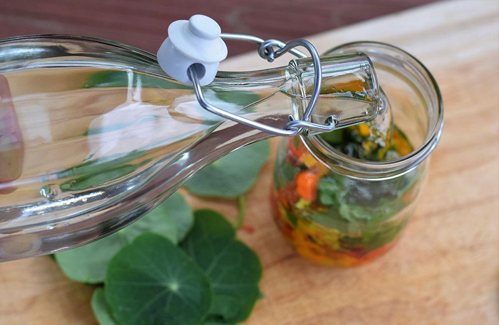 Ako spotrebovať dary záhrady/ Recepty zo záhrady - Tinktúra z kapucínky, foto: Martina Töröková, recept: https://www.zahrada.sk/magazine/ak-ste-si-mohli-vyrobit-len-jedinu-tinkturu-nalozte-si-kapucinku