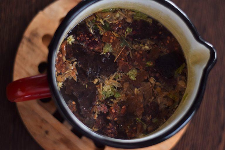 Ako spotrebovať dary záhrady/ Recepty zo záhrady - Ovocný čaj s bylinkami, foto: Martina Töröková, viac o čaji tu: https://www.zahrada.sk/magazine/ako-chuti-ovocny-caj-z-naozajstneho-ovocia