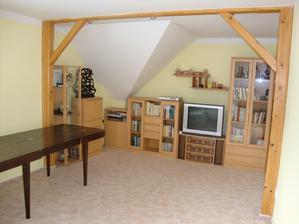 Budoucí obývák, zůstanou trámy. Takže zbývá výběr barvy vinylu, aby podlaha ladila nejen k trámům, ale i ke kuchyni, dveřím a našemu jedinému kusu nábytku (gauči), který si z našeho nynějšího bytu přineseme :-)