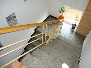 Schodiště. Na to přijde položit stejná barva vinylu jako ve všech pokojích. Jen ještě vymyslet jak zrenovovat toto původní schodiště nebo navrhnout nové.