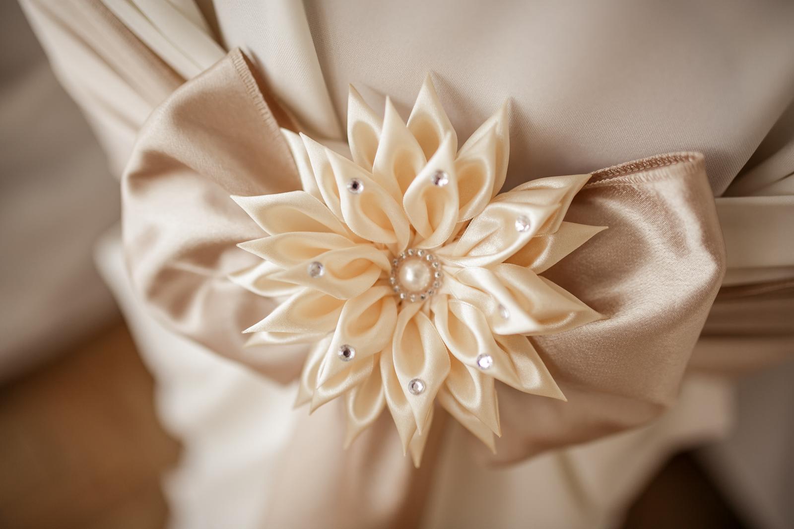 Ozdobná kvetina na stoličky - Obrázok č. 1