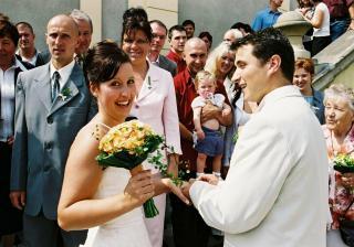 výměna prstýnku - manžel na poprvé dal prstýnek na pravou ruku