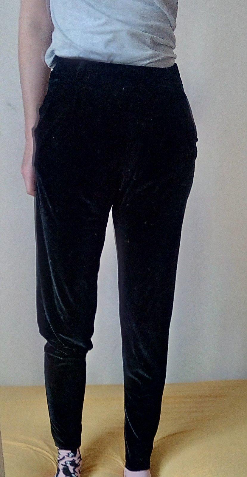 Čierne zamatové nohavice S - Obrázok č. 1