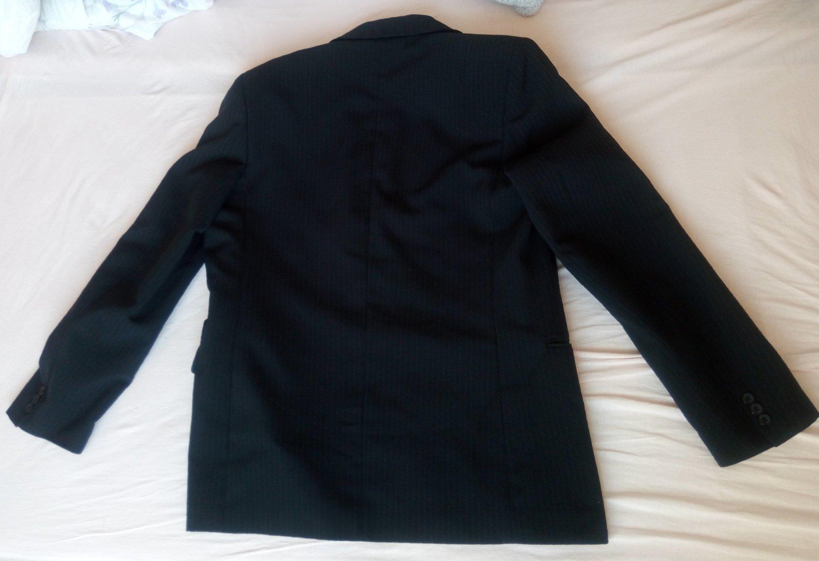 Čierny pásikavý oblek - Obrázok č. 3