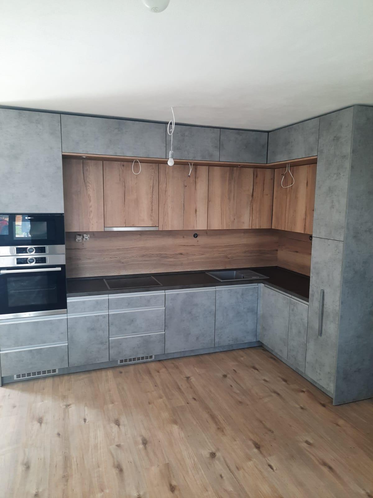 Naša nová kuchyňa, drevo a šedá podľa mňa idú k sebe 🙂 - Obrázok č. 1