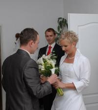 předávání kytičky té pravé nevěstě
