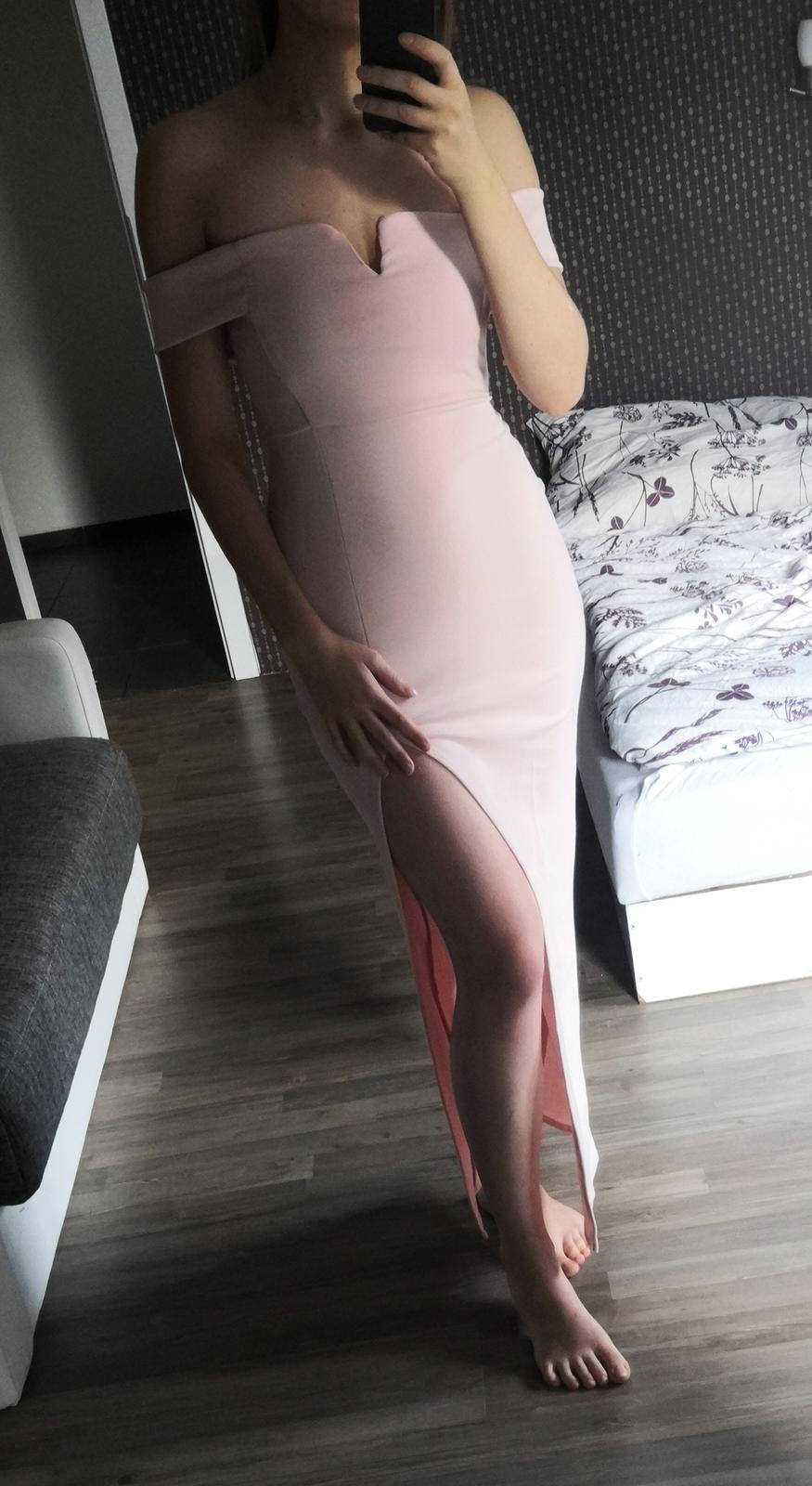 Růžové šaty s vysokým rozparkem a spadlými rameny - Obrázek č. 1