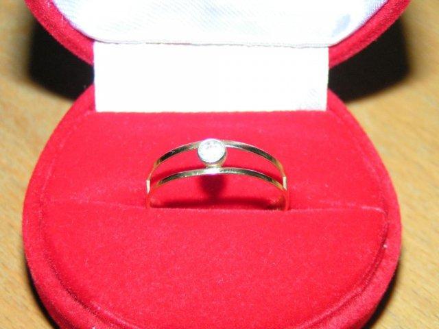 Můj zásnubní prstýnek - dostala jsem ho k narozkám 13.12.2005
