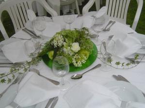 Krásně a decentně nazdobený stůl