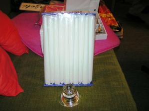 svíčky do svícnů na stoly na zahradu. K tomu ještě budou čajové svíčky v kalíškách