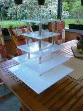Brouček už dodělal stojan na minidortíky, za materiál děkujeme skoro švagrovi Vláďovi :-)