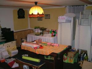 takto okupuji jednu místnost v obytným suterénu... není tu ale vše, několik krabic s nádobím a stoly jsou i na půdě :-) Ano, v pozadí je opravdu vidět 50 plastových židlí, po svatbě budou na prodej.